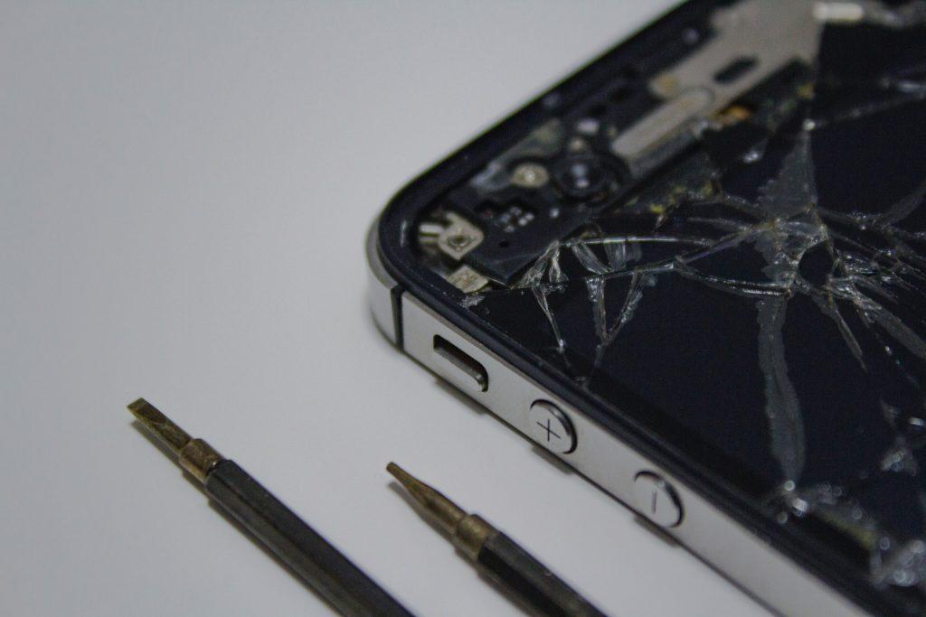 Smartfon ze stłuczoną szybką. Przydałaby się kopia zapasowa zdjęć.
