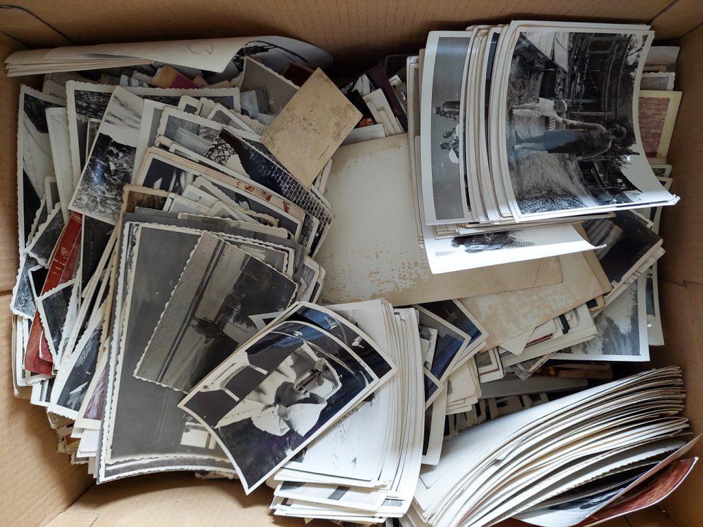 Pudło pełne starych odbitek przygotowanych do porządkowania zdjęć